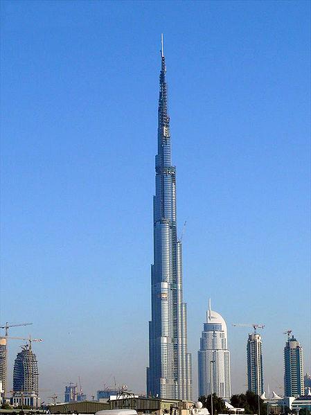 Un avion passe à coté de la tour Burj à Dubai